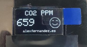 Si el nivel de CO2 es inferior a 700 ppm, muestra smiley sonriente.
